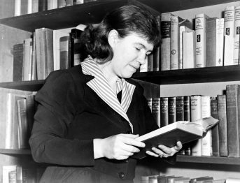 Black and white photo of anthropologist Margaret Mead in 1950